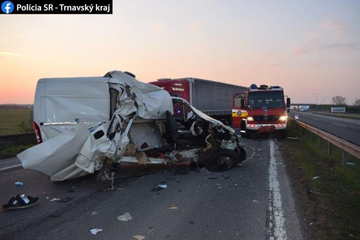 Brutális baleset történt egy defekt után az R1-esen, de mindenki túlélte