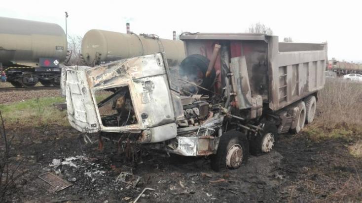 HALÁLOS BALESET: Tehervonat és teherautó ütközött, utóbbi sofőrje meghalt