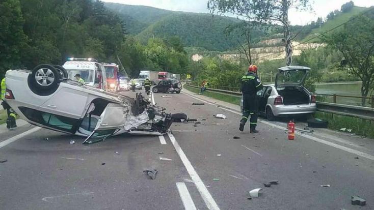 Hárman megsérültek, miután összeütközött három autó (FOTÓK)