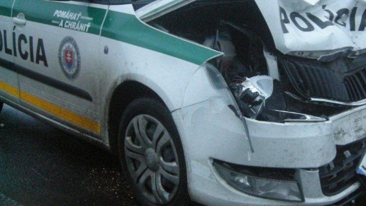 BALESET: Szirénázó rendőrkocsi kapott egyet a kereszteződésben