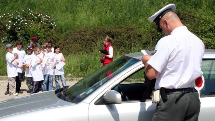Annyira részeg volt a fószer, hogy saját maga hívta ki a zsarukat, segítsenek neki