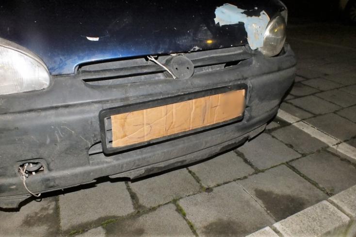 Kartonpapírból készített rendszámtáblát az autójára egy férfi