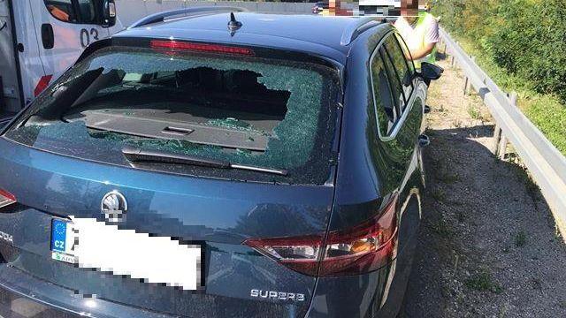 40 éves pozsonyi férfi az az eszement, aki egy rakás autó szélvédőjét szétverte a D1-esen!