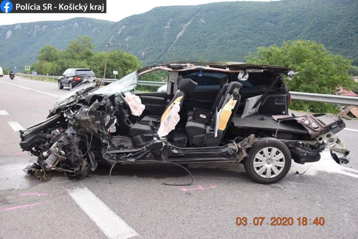 Egy autó letarolt minden más kocsit Rozsnyónál, ha szembe jött, ha mögötte