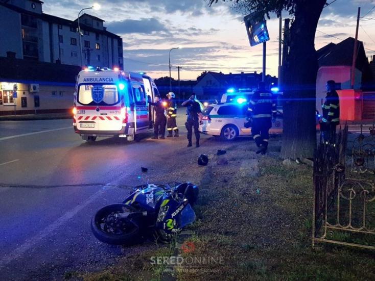 Menekült a zsaruk elől, majd nekik hajtott és eltaknyolt a motoros