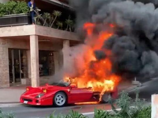 VIDEÓ:Slaggal próbáltaeloltatnialángoló Ferraritegy nőMonacóban