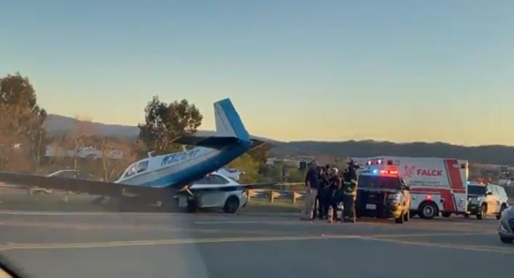 Autóba csapódott egy kisrepülőgép Kaliforniában (videó)