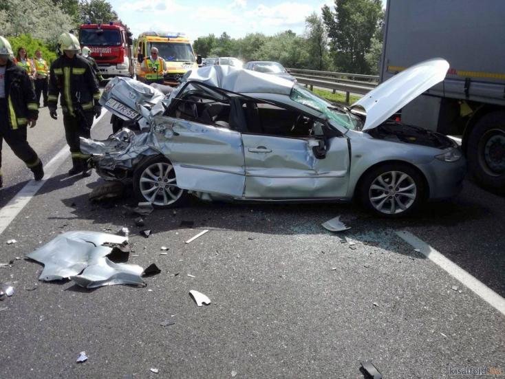 Két kamion és egy személykocsi ütközött az M1-esen Győr közelében!