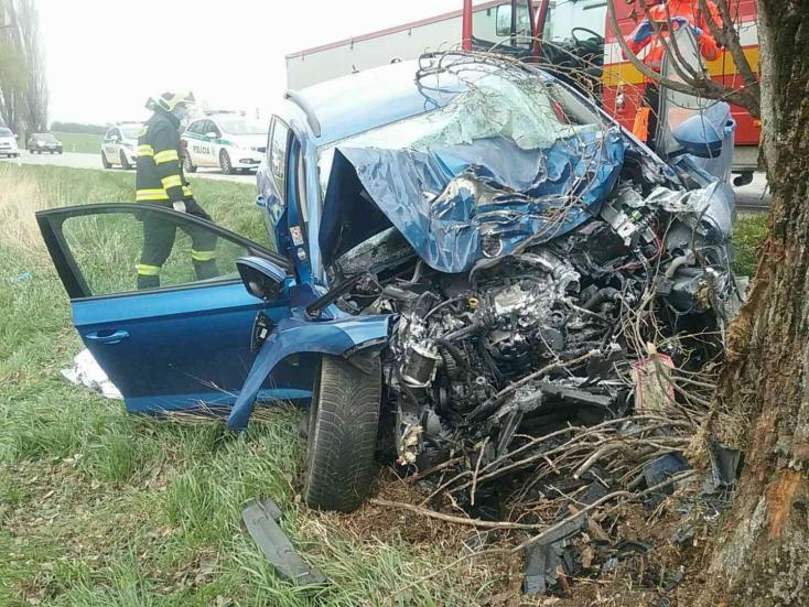 TRAGIKUS BALESET: A tűzoltók próbálták újraéleszteni a sofőrt, de nem sikerült