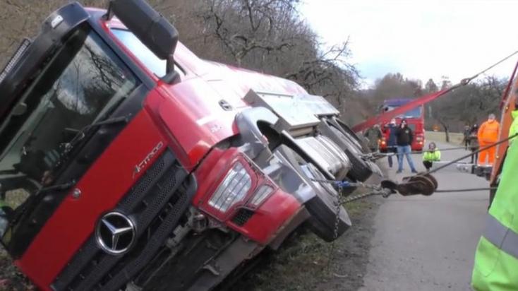 BALESET: Tejszállító tartálykocsi borult fel, miután kifutott egy őz a sofőr elé