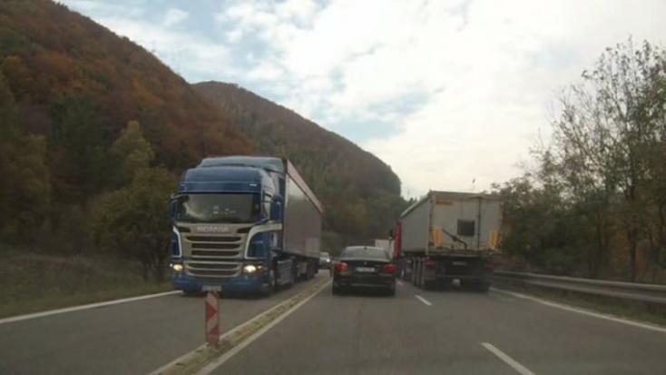 VIDEÓ: Nehéz nyugodtan végignézni, hogy mit művel ez a teherautó a közúton