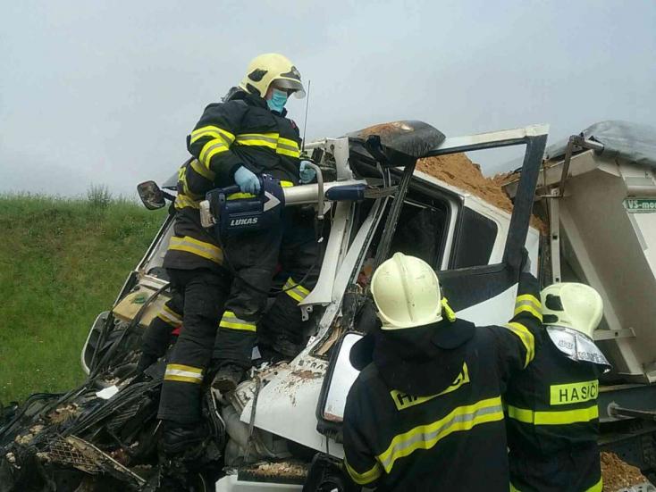 SÚLYOS BALESET: Rommá tört két tehergépkocsi, az egyikből ki kellett vágni a sofőrt