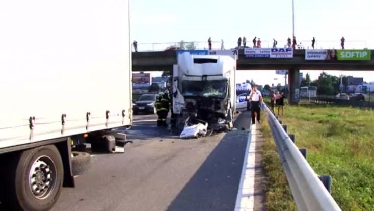 TÖMEGBALESET: Öt személyautó és két kamion ütközött, többen megsérültek