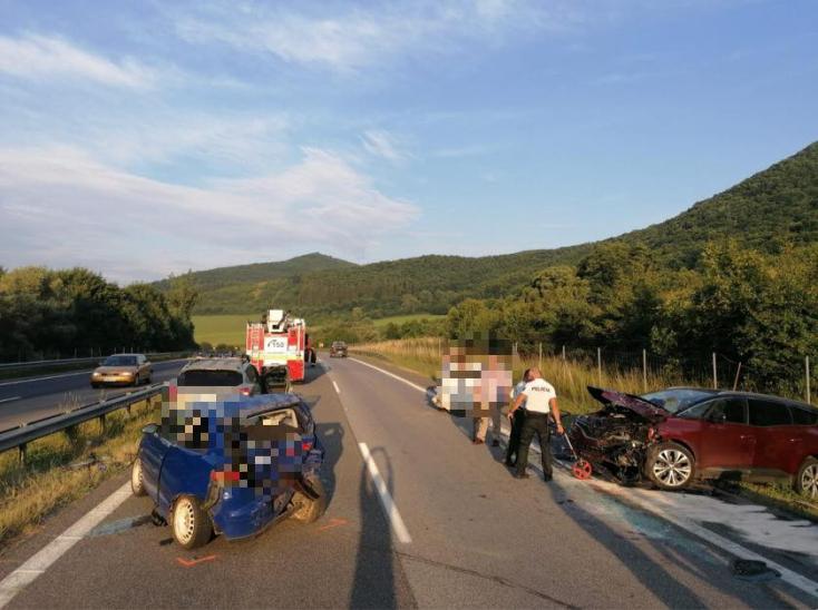 TÖMEGBALESET: Öt gépkocsi ütközött az R1-es gyorsforgalmi úton, egy 12 éves gyermek került kórházba