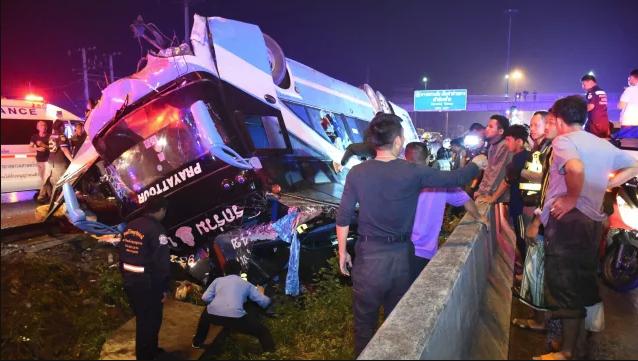Felborult egy emeletes turistabusz, hat utas meghalt