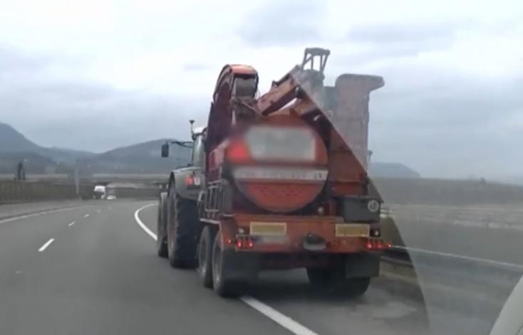 Traktor cammogott a szlovák sztrádán! (VIDEÓ)