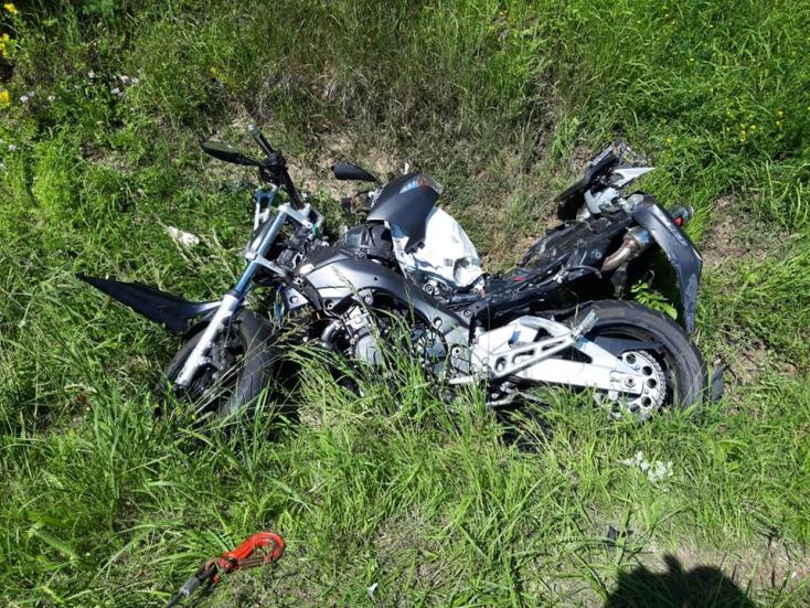 Szörnyethalt a motoros, amikor karambolozott egy kocsival