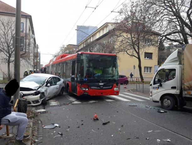 Személyautóval és teherautóval ütközött egy troli Pozsonyban
