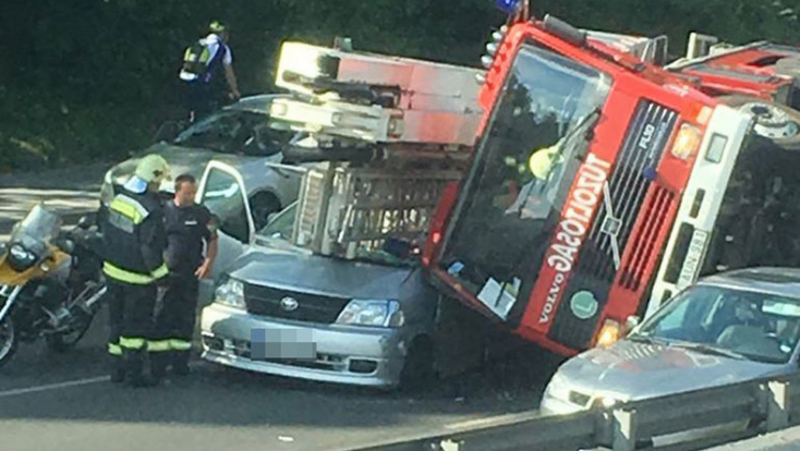 Tűzoltóautó borult egy kisbuszra Budapesten, egy ember meghalt