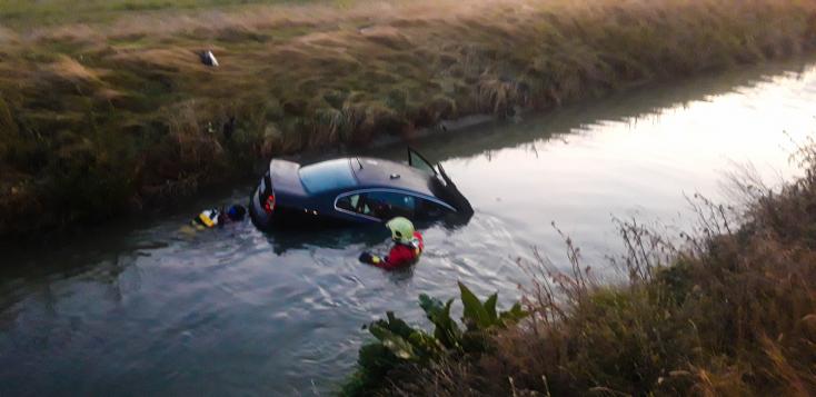 BALESET: Somorjai önkéntesek emelték ki a VW Passatot a vízből