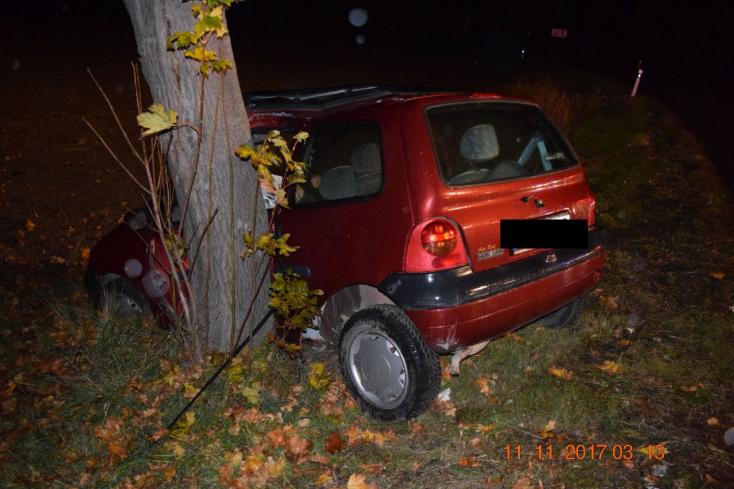 SÚLYOS BALESET: Fának csapódott egy Renault Twingo, részeg volt a nő, aki vezette
