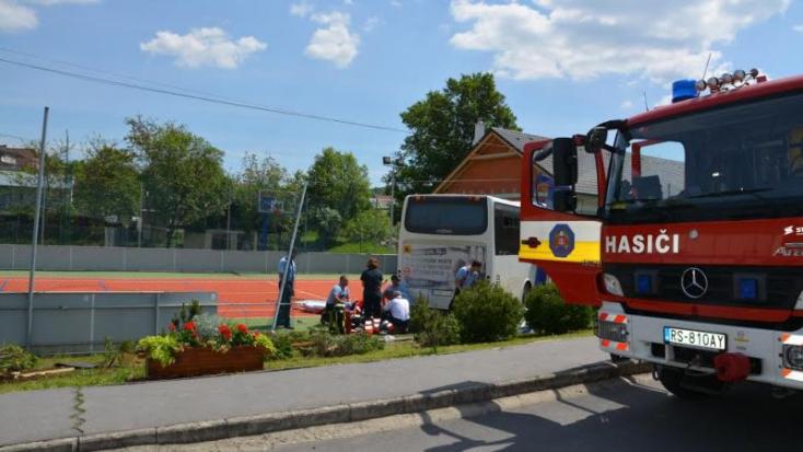 BUSZBALESET: Rosszul lett a sofőr, játszótérre hajtott az emberekkel teli busz