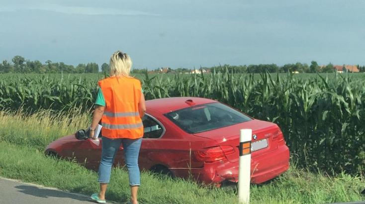 BALESET: Árokban kötött ki két személyautó Dunaszerdahely határában