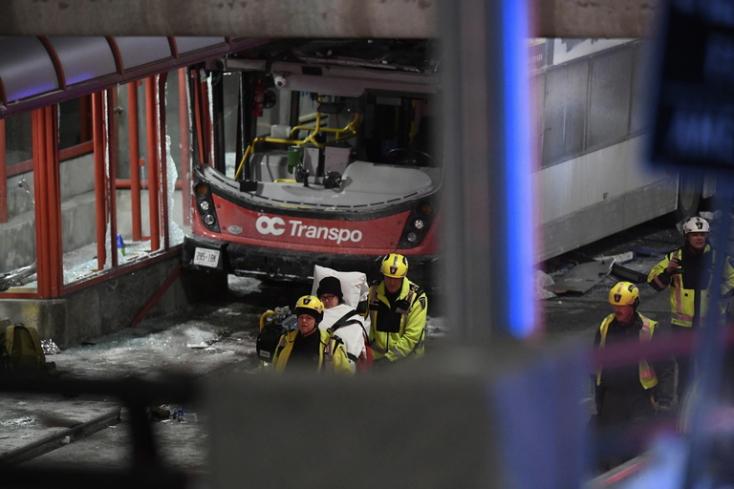 Buszmegállóba hajtott egy emeletes busz, hárman meghaltak