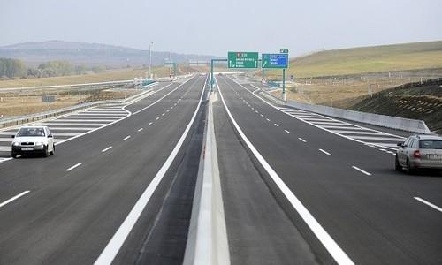 Egy halálos baleset miatt mindkét irányban lezárták az R1-est