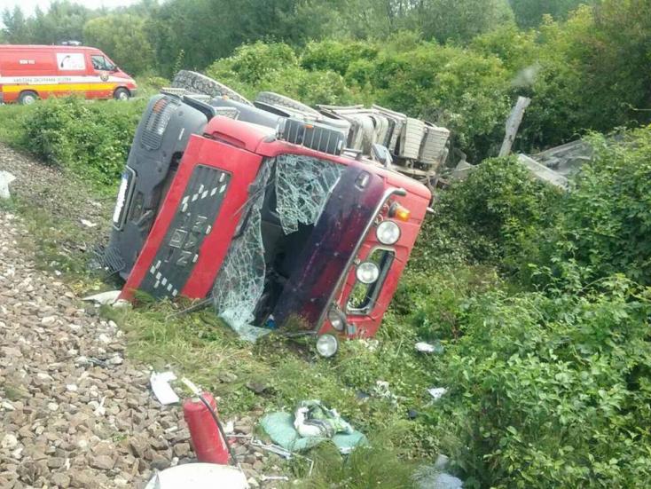 SÚLYOS BALESET: Vonat zúzott szét egy kamiont!