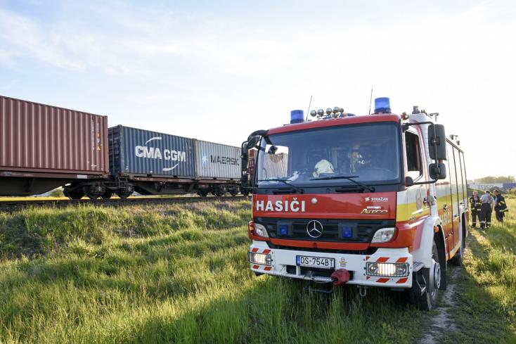 SÚLYOS BALESET: Tehervonat elé hajtott egy személykocsi Úszornál