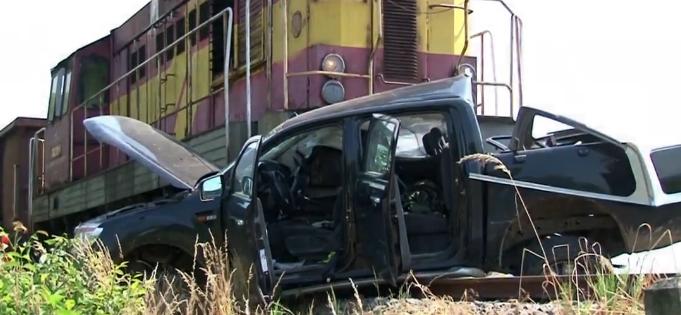 BALESET: Szétzúzta a tehervonat a sínekre hajtó autót
