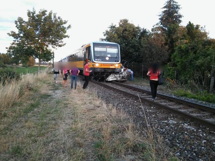 TRAGIKUS BALESET: Maga alá gyűrt a Regiojet egy autót Bogyánál!