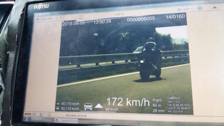 Elképesztő mesével állt elő a rendőröknek a 172-vel repesztő motoros