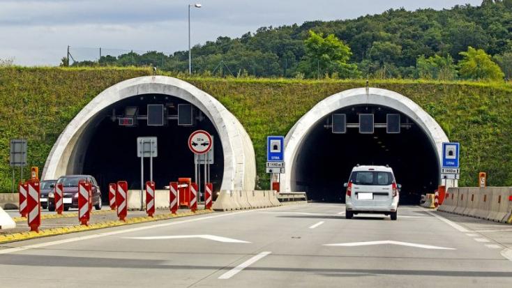 Felforgott egy kocsi a Sitina alagútban