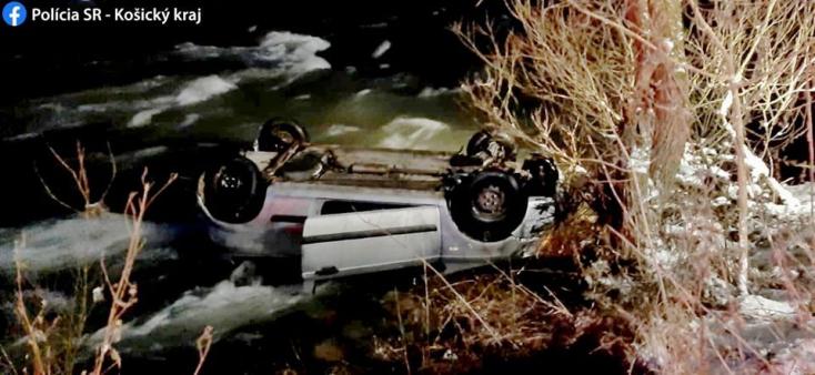 BALESET: Lerepült az útról és a folyóba borult egy fiatalokkal teli autó