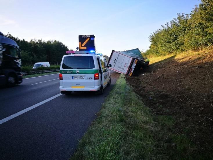 BALESET: Lehajtott az útról és felborult egy kamion az autópályán