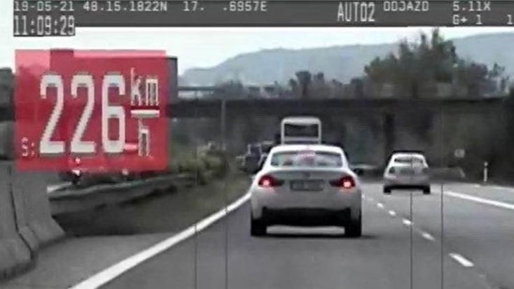 DURVA: 96-tal lépte túl a megengedett sebességet egy BMW-s